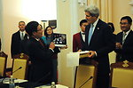 Secretary Kerry Presents Vietnamese Foreign Minister Minh With a Photograph