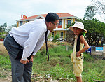 U.S. Consul General Le An visits USAID beneficiaries