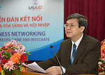 Vice Chairman of Phu Tho People's Committee, Nguyen Dinh Cuc, speaks at the seminar for female entrepreneurs.