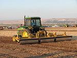 A John Deere 3140 tractor עברית:  מעגילה בתצוגת תכלית