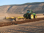 A John Deere 8330 tractor pulling a disc harrow somewhere in Israel עברית:  משדדת דיסקים