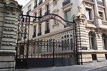 Français�:  Extérieurs des anciens studios Pathé, où se trouve aujourd'hui l'école de cinéma de la Fémis (voir panneau à droite sur la photo).