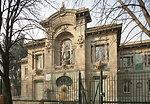 Italiano:  L'Acquario civico di Milano fu costruito in occasione dell'Eposizione mondiale di Milano del 1906 da Sebastiano Giuseppe Locati (1861-1939), e ricostruito dopo le distruzioni della seconda guerra mondiale. La statua di Nettuno sulla facciata