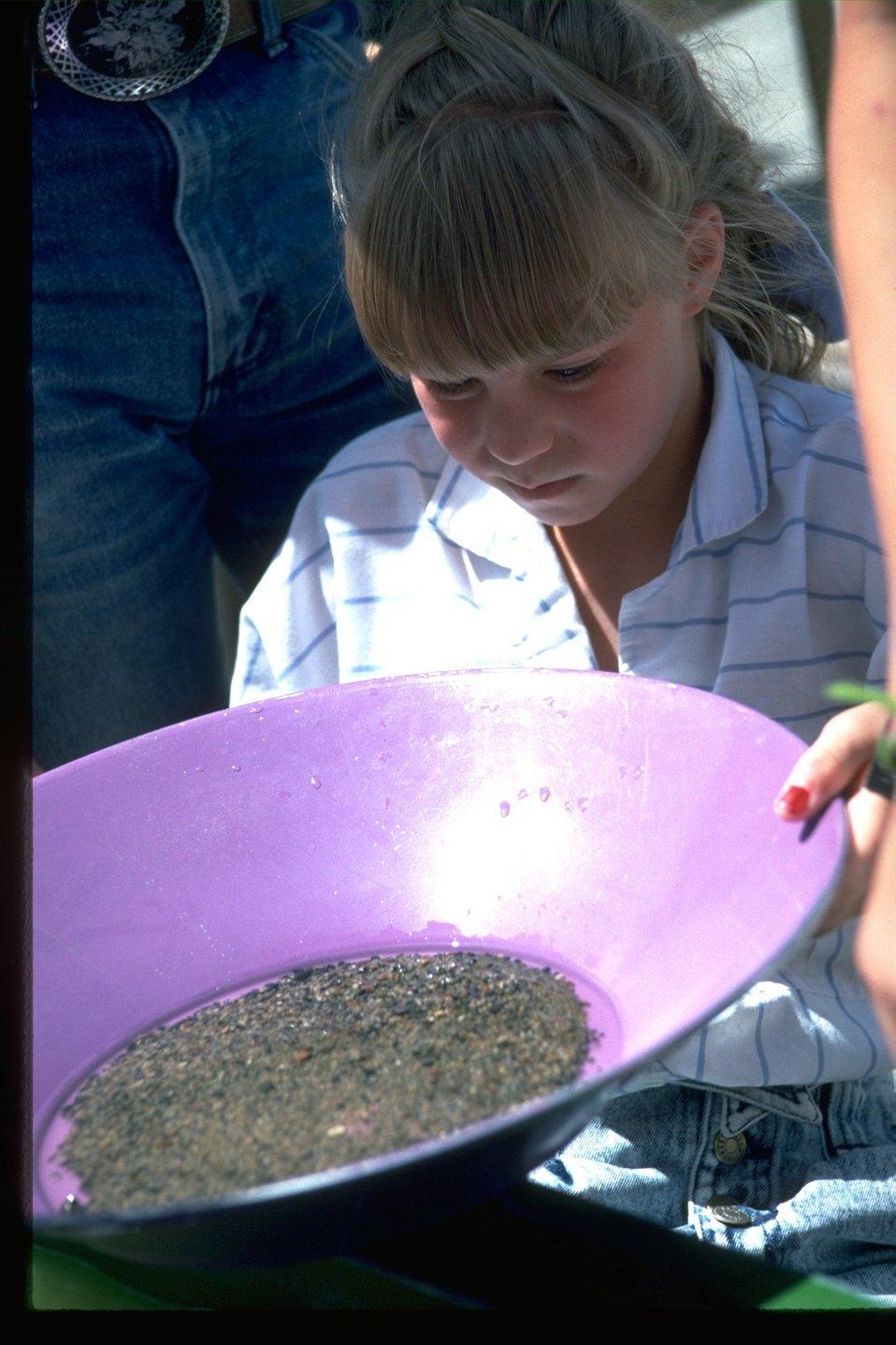 Demonstration of panning (mining method) at the NHOTIC.
