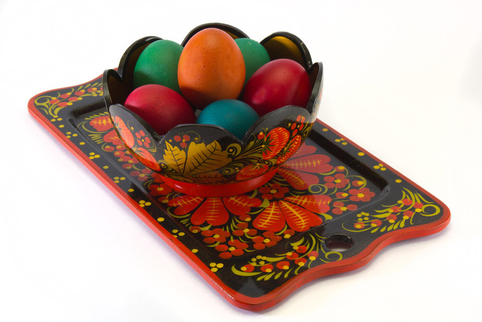 Easter eggs in a vase on a tray.