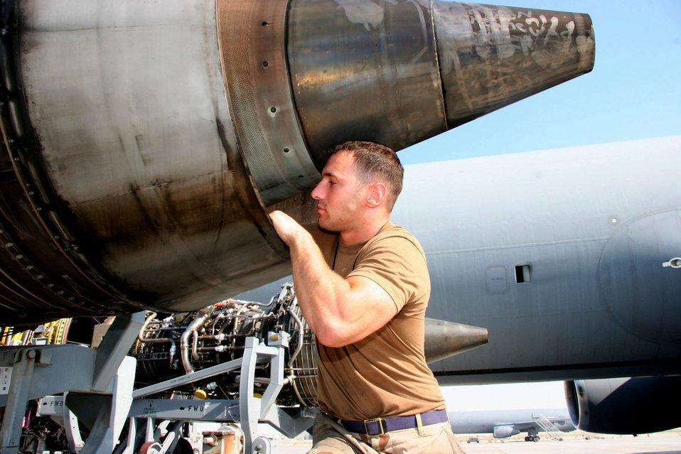 Desert KC-10 Engine Change
