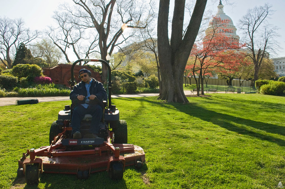 AOC employees maintain U.S. Capitol Grounds