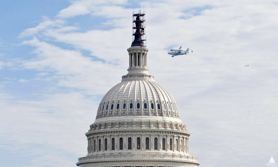 Shuttle Discovery by the U.S. Capitol Dome