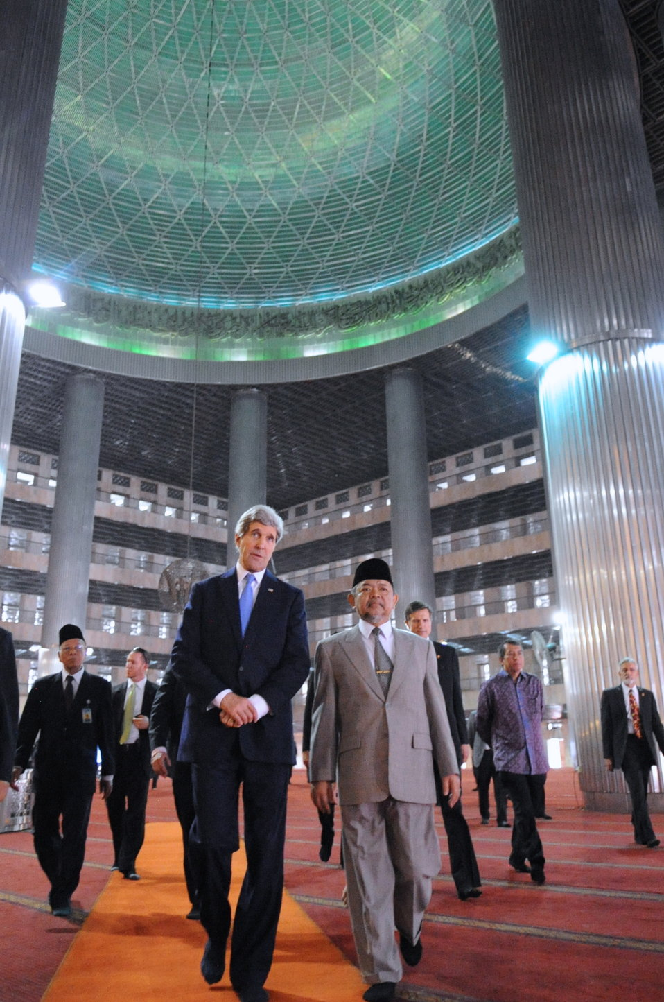 Secretary Kerry Leaves Grand Domed Prayer Hall During Mosque Tour in Jakarta