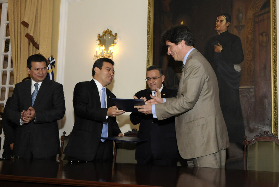 Assistant Secretary Fernandez and Salvadoran Presidential Technical Secretary Segovia Exchange Documents