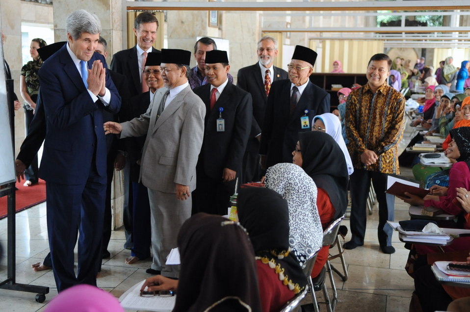 Secretary Kerry Bids Farewell to Female Students at Istiqlal Mosque