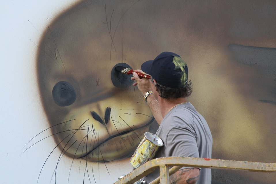 Wyland paints a monk seal