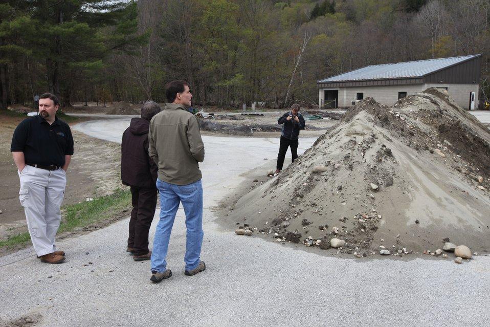 USFWS Director Dan Ashe views clean-up efforts