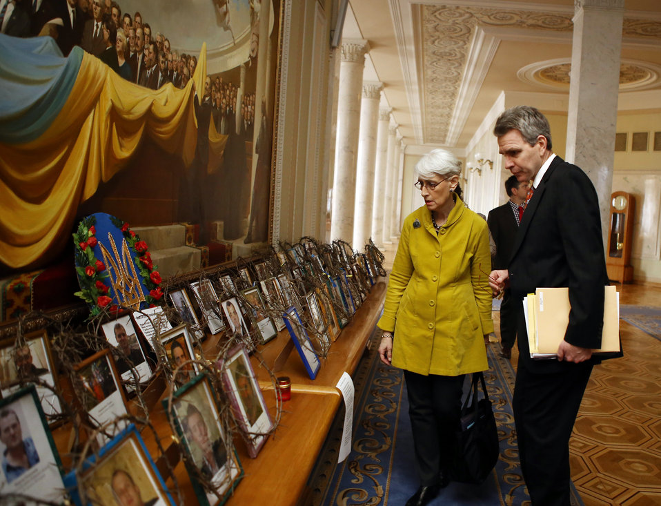 Under Secretary Sherman Views Photos of Those Killed at Maidan