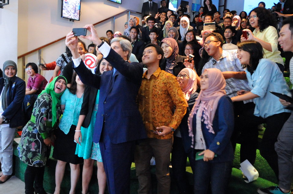 Secretary Kerry Takes 'Selfie' With Students at Climate Change Speech in Jakarta