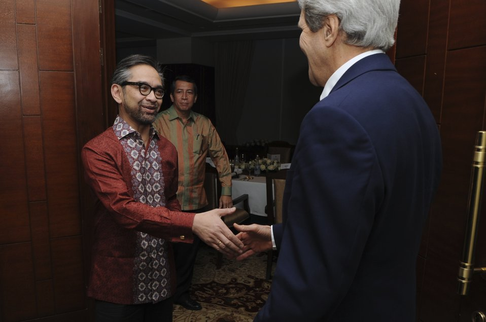 Indonesian Foreign Minister Natalegawa Greets Secretary Kerry in Jakarta