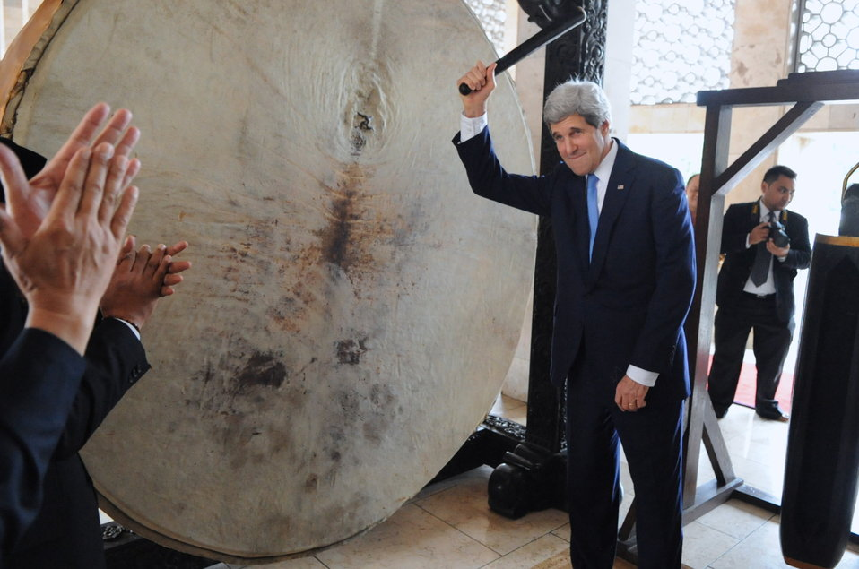 Secretary Kerry Applauded After Banging Gong at Istiqlal Mosque