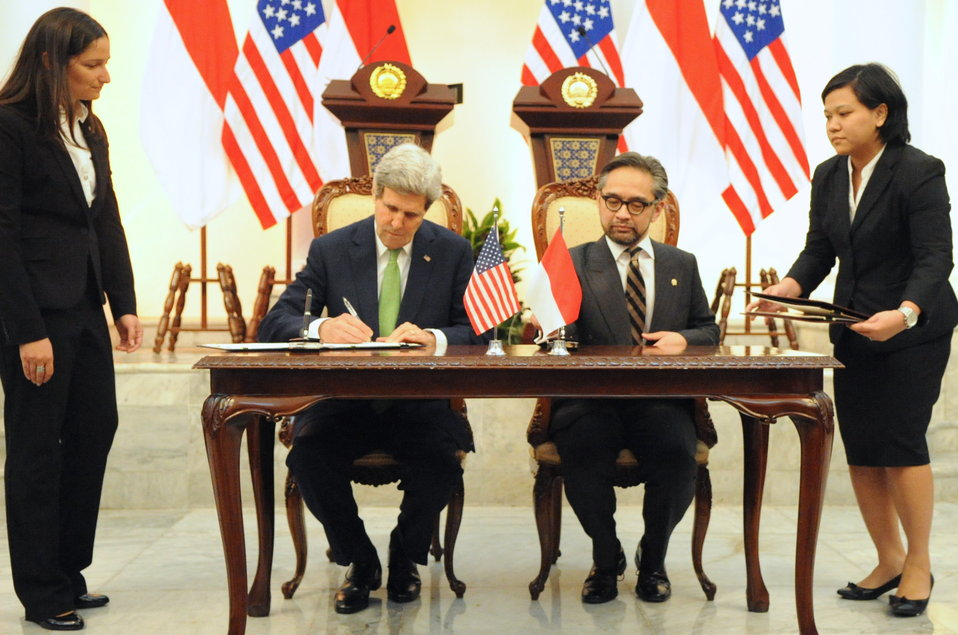 Secretary Kerry and Indonesian Foreign Minister Natalegawa Sign Memorandum of Understanding