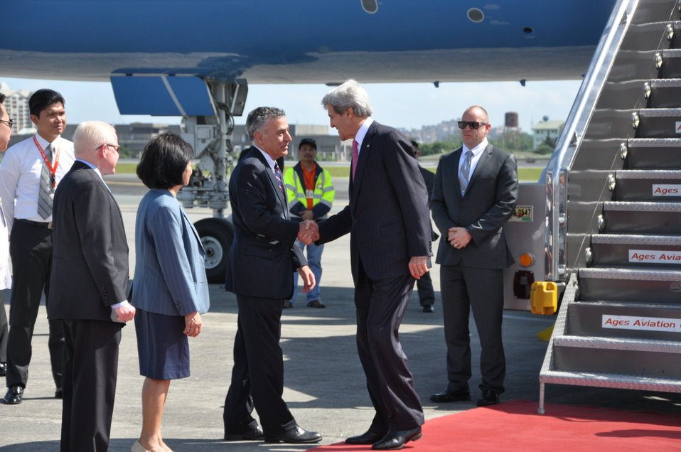 Ambassador Goldberg Welcomes Secretary Kerry to the Philippines