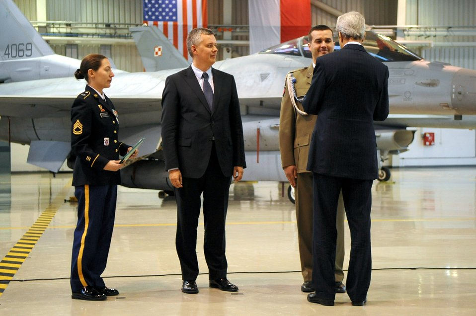Secretary Kerry Awards a Medal to Polish Lieutenant Colonel Bagan