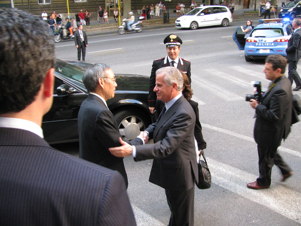 Street greeting of Italian Energy Minister
