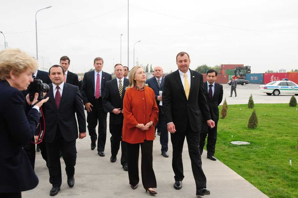 Uzbek Deputy Prime Minister Rozukulov, Secretary Clinton, and GM Uzbekistan General Director Spendel Arrive at the GM FactorySecretary Clinton,