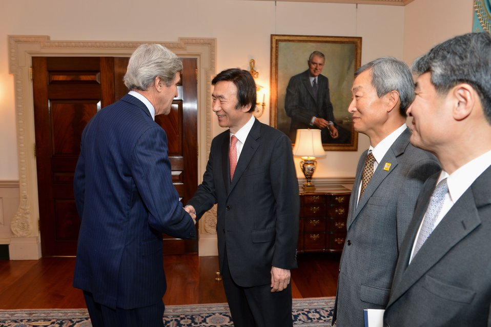 Secretary Kerry Greets Korean Foreign Minister Yun Byung-se