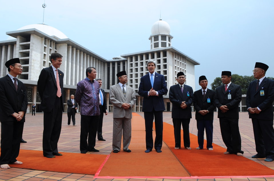 Secretary Kerry Pays Tribute to Islamic Faith During Visit to Istiqlal Mosque