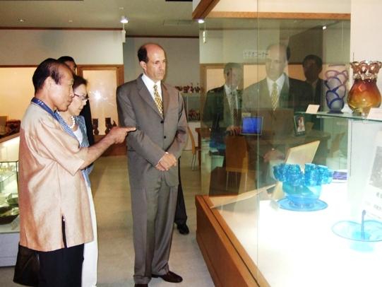 Ambassador Roos Visits Kariyushi Shop in Okinawa