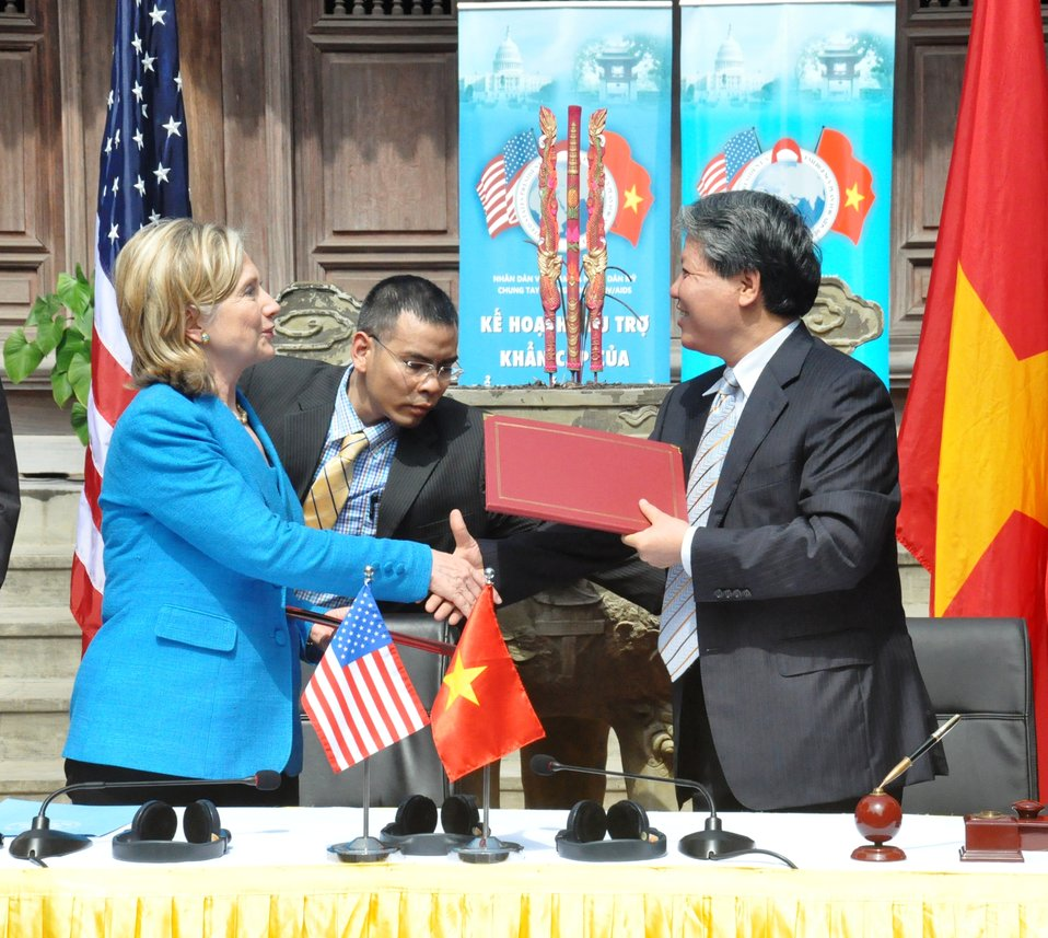 Secretary Clinton Shakes Hands With Vietnamese Justice Minister Ha Hung Cuong