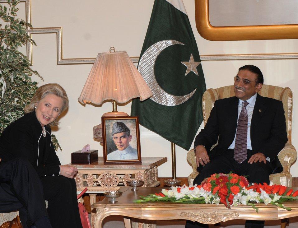 Pakistani President Asif Ali Zardari and Secretary Clinton Share a Light Moment