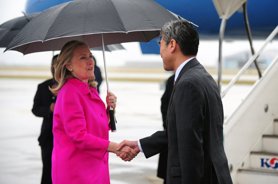 Secretary Clinton Says Goodbye to South Korean Foreign Minister Kim