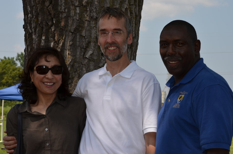 Joe Hautman (center) and wife with Jerome Ford (right), AD Migratory Birds. Service photo