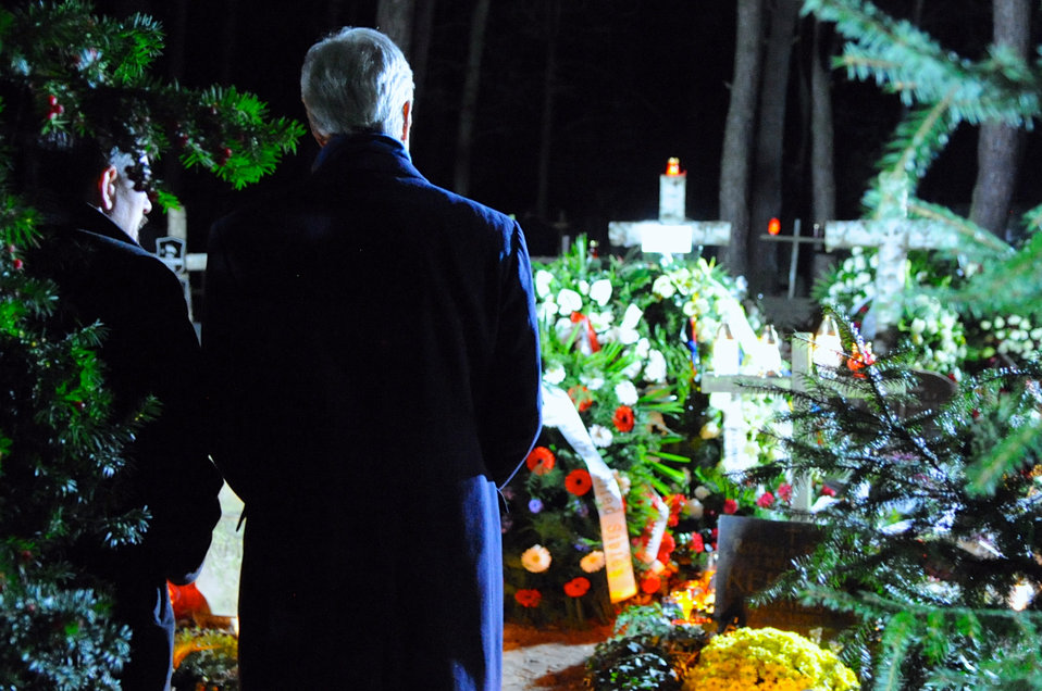 Secretary Kerry and Son of Former Polish Prime Minister Mazowiecki Pay Respects at the Father's Gravesite