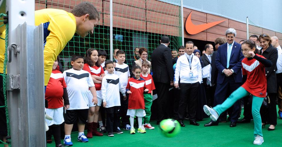 Young Algerian Demonstrates Soccer Skills for Secretary Kerry