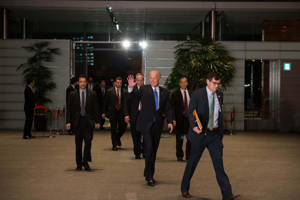 Vice President Biden Enters the Japanese Prime Minister's Official Residence