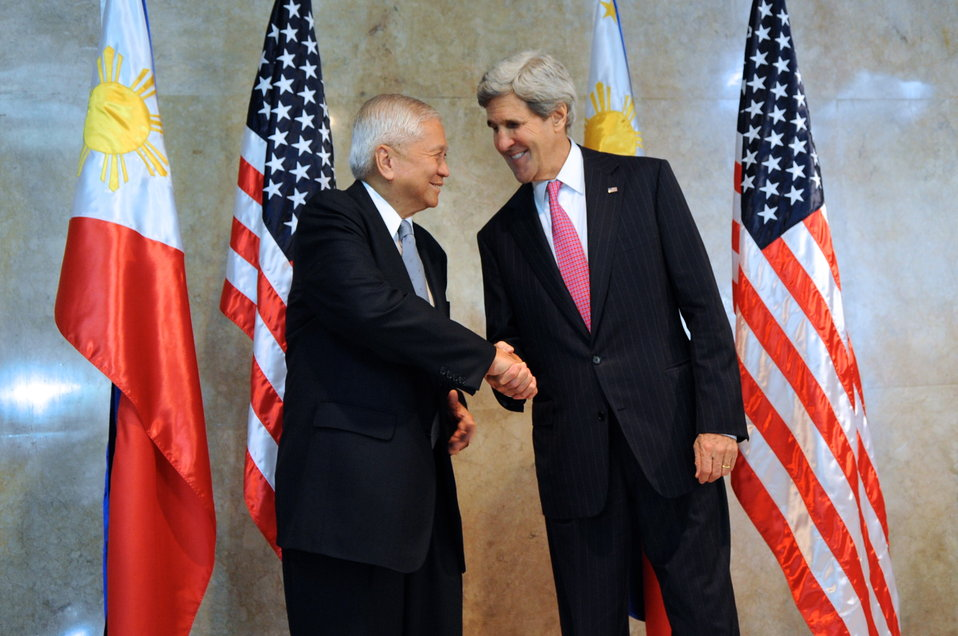 Philippine Foreign Secretary Del Rosario Welcomes Secretary Kerry to Manila