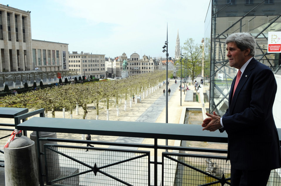 Secretary Kerry Admires the Jardin Monts de Arts in Brussels