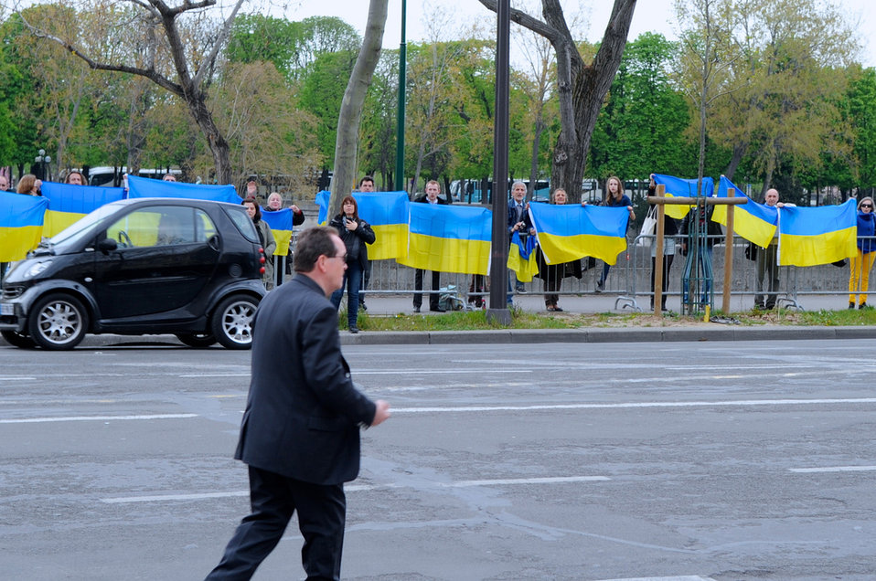 Pro-Ukraine Supporters Shout Encouragement to Secretary Kerry Outside French Foreign Ministry