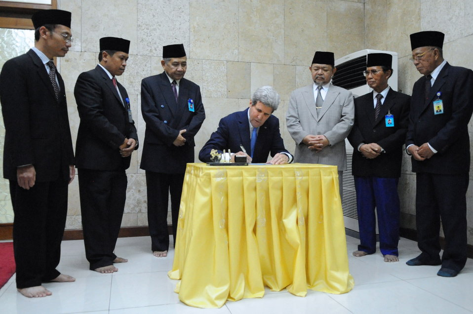 Secretary Kerry Signs Guest Book at Istiqlal Mosque