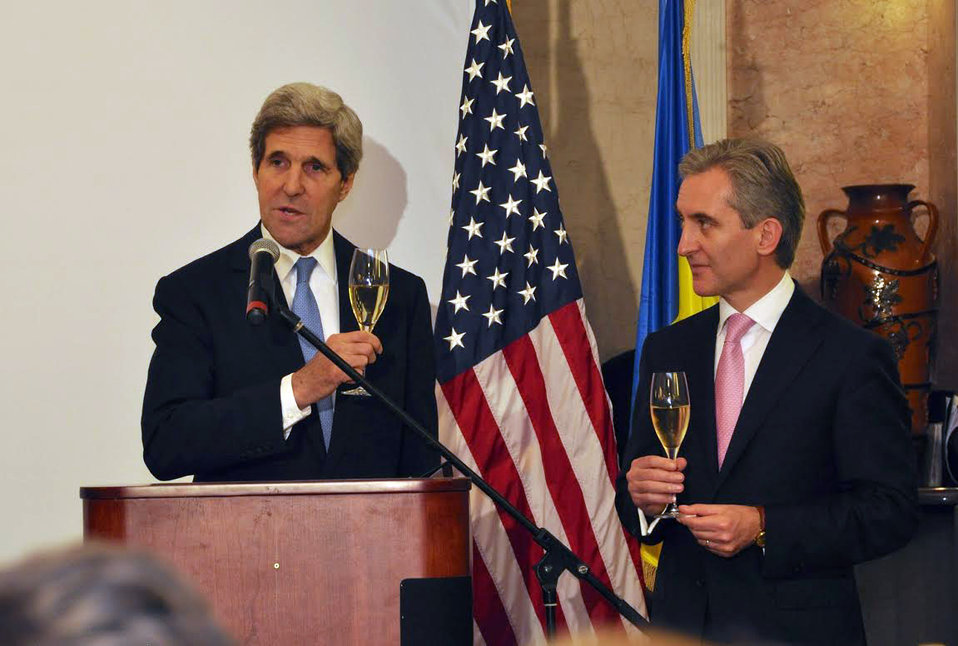 Secretary Kerry and Moldovan Prime Minister Leanca Toast the U.S.-Moldova Relationship