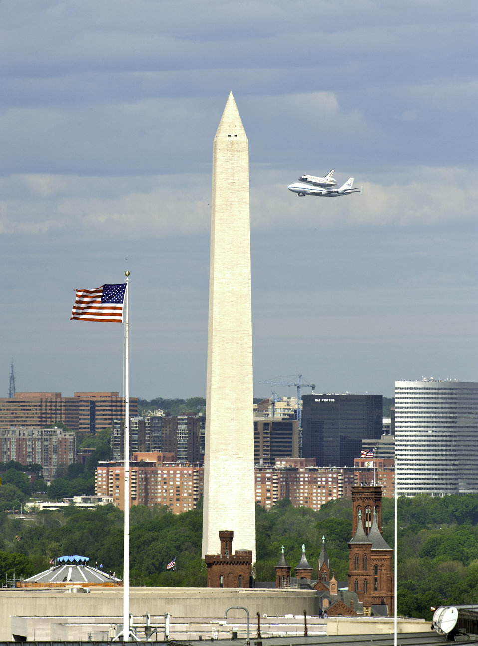 Shuttle Discovery Flying by the Washington Monument
