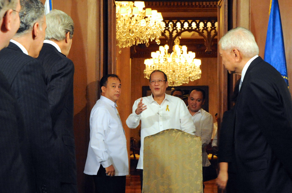 Secretary Kerry Greets Philippine President Aquino at Malacanang Palace