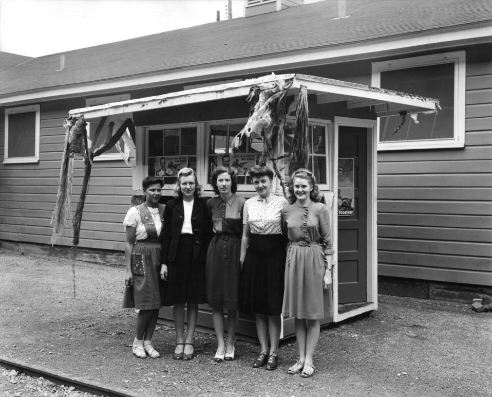Group Young Ladies Outside Office Building Oak Ridge