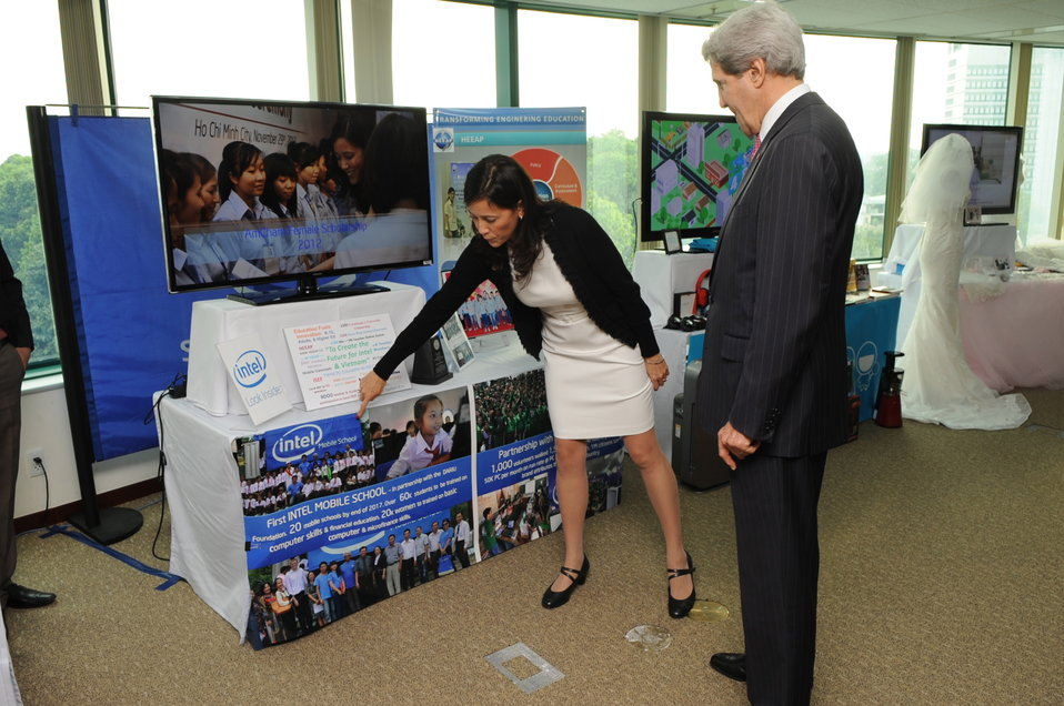 Secretary Kerry Examines Vietnamese Business Display