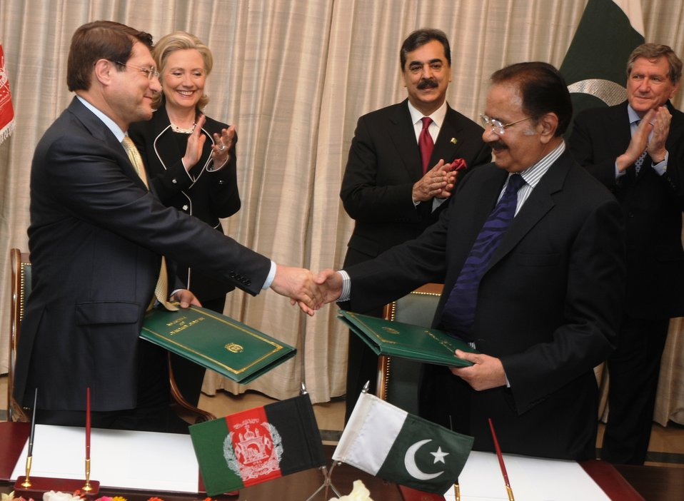 Secretary Clinton, Pakistani Prime Minister Yousaf Raza Gilani, and Special Representative Holbrooke Watch Pakistani Federal Minister for Commerce Makhdoom Amin Faheem and Afghan Minister for Trade and Industries Dr. Anwarul Haq Shake Hands