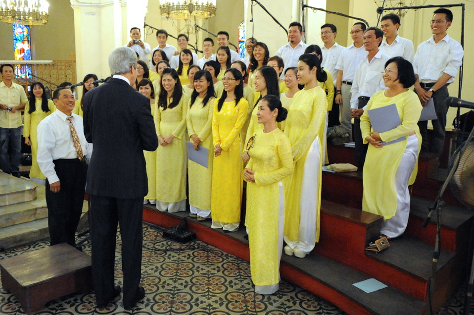 Secretary Kerry Thanks the Choir at the Notre Dame Cathedral in Vietnam
