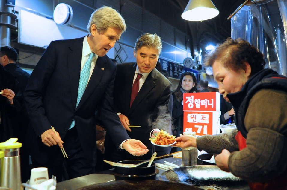 Secretary Kerry and Ambassador Kim Order Fried Rice Cake in Seoul Market