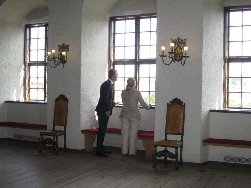 Norwegian Prime Minister Stoltenberg and Secretary Clinton Catch a Peak of the View