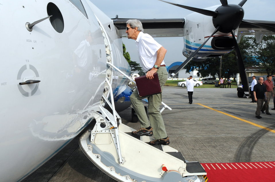 Secretary Kerry Boards an Aircraft to Fly to Tacloban City, Philippines